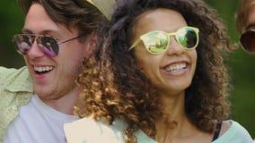 Grupo multicultural de amigos que disfrutan de festival de música al aire libre, felicidad almacen de metraje de vídeo