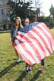 grupo multicultural de amigos que sostienen la bandera americana fotografía de archivo libre de regalías
