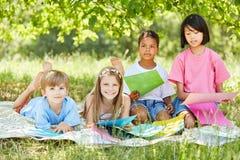 Grupo multicultural de chapuceros de los niños junto foto de archivo