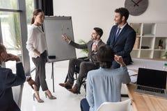 grupo multicultural de empresários que discutem fotografia de stock