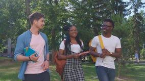 Grupo multicultural de estudiantes universitarios metrajes