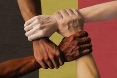 Grupo multicultural de la bandera de Bélgica de diversidad de la integración de la gente joven imagenes de archivo