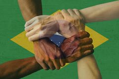 Grupo multicultural de la bandera del Brasil de diversidad de la integración de la gente joven fotos de archivo