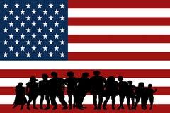 Grupo multicultural de la bandera de Estados Unidos de diversidad de la integración de la gente joven aislado foto de archivo libre de regalías