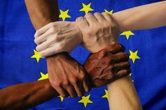 Grupo multicultural de la bandera de Europa de diversidad de la integración de la gente joven fotografía de archivo libre de regalías