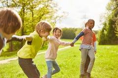 Grupo multicultural de los niños como amigos fotos de archivo