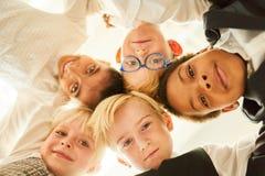 Grupo multicultural de niños como amigos en círculo foto de archivo libre de regalías