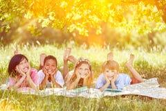Grupo multicultural de niños en verano en naturaleza foto de archivo