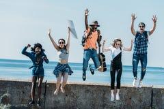 grupo multicultural de salto joven de los amigos de fotografía de archivo libre de regalías