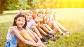 Grupo multicultural de sonrisa de los niños foto de archivo