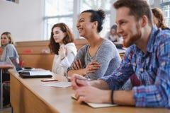 Grupo multinacional de estudiantes en un auditorio imagen de archivo