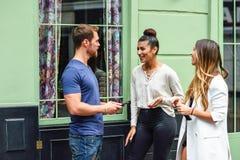 Grupo multirracial de amigos que se divierten en fondo urbano foto de archivo libre de regalías