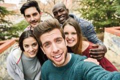 Grupo multirracial de amigos que toman el selfie foto de archivo