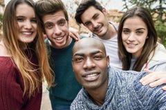 Grupo multirracial de amigos que toman el selfie imagen de archivo