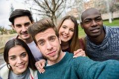 Grupo multirracial de amigos que toman el selfie imágenes de archivo libres de regalías