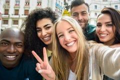 Grupo multirracial de gente joven que toma el selfie imágenes de archivo libres de regalías
