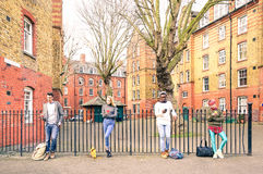 Grupo multirracial de la gente y amigos urbanos que usan el teléfono móvil Foto de archivo libre de regalías