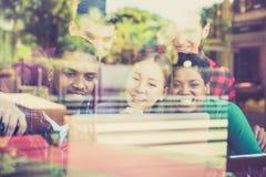 Grupo multirracial de los mejores amigos usando el ordenador portátil del ordenador Imagen de archivo libre de regalías