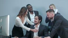 Grupo multirracial feliz de empresarios que celebran su éxito almacen de video