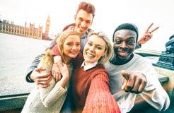 Grupo multirracial feliz dos amigos que toma o selfie na cidade de Londres foto de stock royalty free