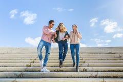 Grupo multirracial que anda e que tem o divertimento em Hamburgo Fotos de Stock Royalty Free