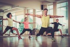 Grupo multirracial que hace ejercicio de los aeróbicos Foto de archivo libre de regalías