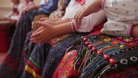 Grupo musical popular do russo - mulheres nos trajes tradicionais que sentam-se no banco Imagem de Stock Royalty Free