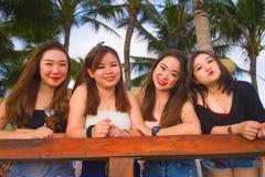 Grupo novo de meninas chinesas asiáticas felizes e bonitas que têm os feriados que penduram junto para fora a apreciação no recur fotografia de stock