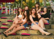 Grupo novo de meninas chinesas asiáticas felizes e bonitas que têm os feriados que penduram junto para fora a apreciação no recur fotos de stock