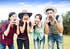 Grupo novo feliz com gesto da gritaria Imagens de Stock Royalty Free