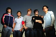 Grupo ocasional de muchachos jovenes Imagen de archivo