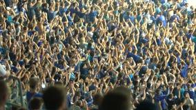 Grupo organizado de fanáticos del fútbol que aplauden las manos, animando para el equipo nacional almacen de video