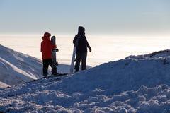 Grupo ou conceito da equipe com esquiadores e snowboarders dos amigos recurso do snowboard do esqui Fotografia de Stock