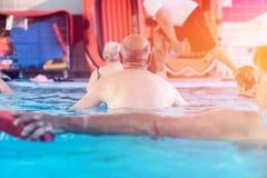 Grupo ou povos novos e superiores no exercício aquarobic da piscina da aptidão Foto de Stock