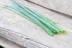 Grupo pequeno de cebolas naturais frescas Imagem de Stock