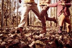 Grupo pequeno de crianças que correm no parque imagem de stock