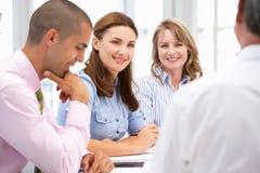 Grupo pequeno de executivos na reunião fotos de stock royalty free
