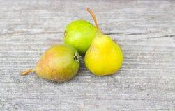 Grupo pequeno de peras naturais frescas Fotografia de Stock