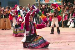 Grupo peruano nativo de crianças que dançam 'Wayna Raimi ' fotos de stock royalty free