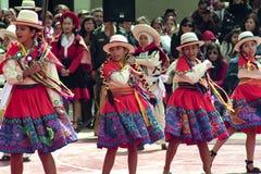 Grupo peruano nativo de moça peruana nativa que dança as meninas 'de Wayna Raimi 'antes 'de Wayna Raimi ' fotografia de stock