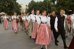 Grupo polonês de dançarinos em trajes tradicionais no festival internacional do folclore para crianças e peixes dourados da juven Imagens de Stock