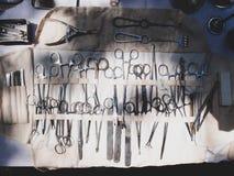 Grupo portátil de instrumentos cirúrgicos do vintage da segunda guerra mundial fotos de stock royalty free