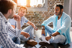 Grupo profissional novo que trabalha no projeto novo do negócio no escritório para negócios pequeno Imagens de Stock Royalty Free