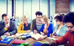 Grupo que aprende conceptos de la comunicación de la universidad Fotografía de archivo libre de regalías