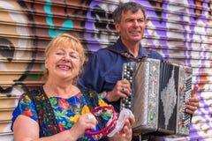 Grupo que canta con el acordeón Imagen de archivo libre de regalías