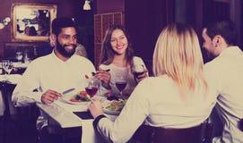 Grupo que cena en restauran Foto de archivo libre de regalías