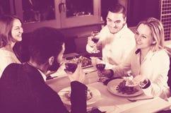 Grupo que cena en restauran Imagen de archivo