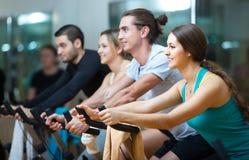 Grupo que completa un ciclo en club de fitness Fotografía de archivo libre de regalías