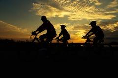 Grupo que completa un ciclo para la silueta de la salud Fotografía de archivo