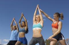 Grupo que exercita com instrutor In Park foto de stock